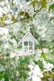 Poca casa de madera en primavera con la flor Sakura de la cereza del flor Foto de archivo libre de regalías