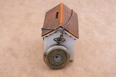 Poca casa di modello e un orologio da tasca Fotografia Stock