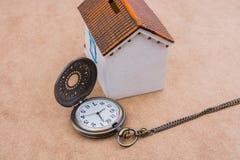 Poca casa di modello e un orologio da tasca Immagine Stock Libera da Diritti