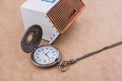 Poca casa di modello e un orologio da tasca Fotografie Stock