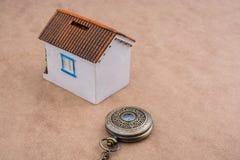 Poca casa di modello e un orologio da tasca Fotografia Stock Libera da Diritti