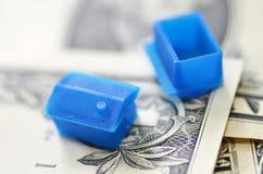 Poca casa di plastica sulla banconota del dollaro americano Immagini Stock