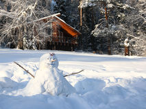 Poca casa en bosque nevoso Fotos de archivo