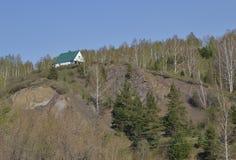 Poca casa en la colina Fotos de archivo libres de regalías
