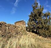 Poca casa en la colina Fotografía de archivo libre de regalías
