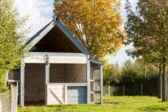 Poca casa en la pradera Foto de archivo libre de regalías
