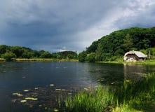 Poca casa por el lago Fotos de archivo