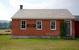 Poca casa roja de la escuela Imagenes de archivo