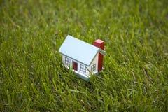 Poca casa su erba Fotografia Stock Libera da Diritti