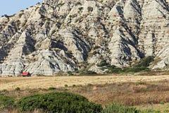 Poca casa su un fondo delle montagne e dei campi Fotografia Stock Libera da Diritti
