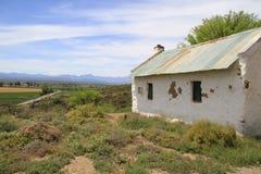 Poca casa verde del tejado en la colina Imagen de archivo