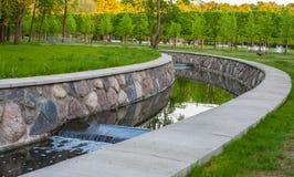 Poca cascada en el parque Imágenes de archivo libres de regalías