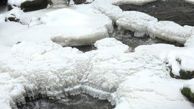Poca cascata con ghiaccio ed i ghiaccioli stock footage
