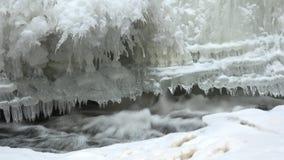 Poca cascata con ghiaccio ed i ghiaccioli archivi video