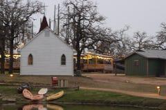 Poca chiesa bianca al crepuscolo immagini stock libere da diritti