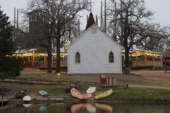 Poca chiesa bianca al crepuscolo con il lago immagine stock libera da diritti