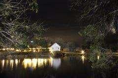 Poca chiesa bianca alla notte fotografia stock libera da diritti