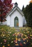 Poca chiesa bianca in autunno Immagine Stock