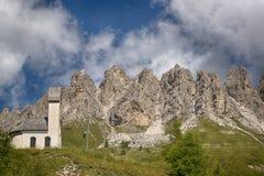 Poca chiesa con le montagne nei precedenti Immagine Stock