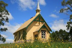 Poca chiesa fra Flowers2 Fotografia Stock Libera da Diritti