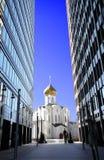 Poca chiesa fra i grattacieli Fotografie Stock