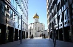 Poca chiesa fra i grattacieli Immagini Stock