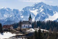 Poca chiesa nelle montagne delle alpi slovene Fotografia Stock