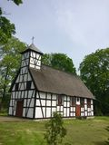 Poca chiesa rurale in Garbno Polonia fotografia stock libera da diritti