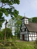 Poca chiesa rurale in Garbno Polonia fotografie stock