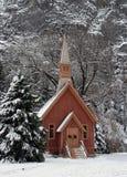 Poca chiesa in valle del Yosemite a natale Immagine Stock