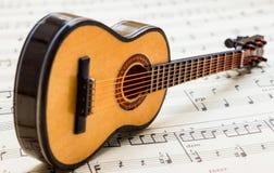 Poca chitarra che si trova sulla partitura 5 immagine stock libera da diritti