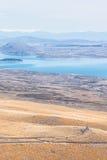 Poca choza en una colina cerca del lago Imagen de archivo