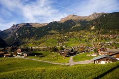 Poca ciudad debajo de la montaña foto de archivo libre de regalías
