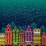 Poca ciudad debajo de la nieve Casas viejas en la noche en Nochebuena Vector la tarjeta de felicitación ilustrada, postal, invita Foto de archivo libre de regalías