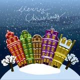 Poca ciudad debajo de la nieve Casas viejas en la noche en Nochebuena Vector la tarjeta de felicitación ilustrada, postal, invita Fotos de archivo libres de regalías