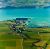 Poca ciudad en la costa de un lago Fotos de archivo
