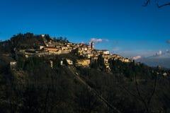 Poca ciudad en las montañas imágenes de archivo libres de regalías