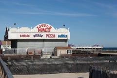 Poca comida del ` s del mac en paseo marítimo agradable del punto Foto de archivo