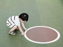Poca curva del muchacho de Asia abajo Imágenes de archivo libres de regalías