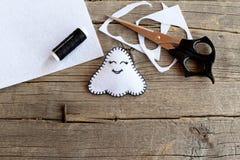 Poca decoración blanca del fantasma de Halloween, tijeras, hilo negro, pedazos y pedazos del fieltro en viejo fondo de madera Kit Fotografía de archivo