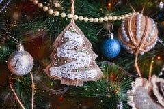 Poca decoración del Año Nuevo del árbol de navidad Imagen de archivo libre de regalías