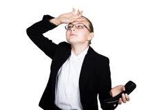 Poca donna di affari che parla su un telefono, gridante nel telefono Ritratto dello studio della ragazza del bambino nello stile  Immagini Stock