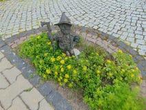 Poca estatua en un jardín Imagen de archivo libre de regalías