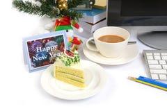 Poca Feliz Año Nuevo en el escritorio de trabajo Foto de archivo libre de regalías