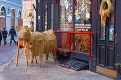 Poca figura del toro de la paja en la entrada a un restaurante Fotos de archivo
