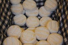 Poca forma di formaggio fresco Fotografie Stock Libere da Diritti