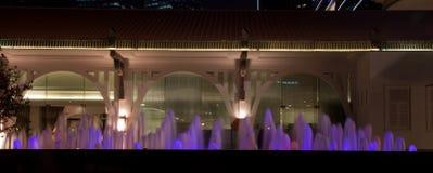 Poca fuente de agua Singapur en la noche delante del edificio colonial Foto de archivo
