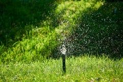 Poca fuente de la irrigación en el parque fotos de archivo libres de regalías
