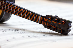 Poca guitarra en partitura Imagen de archivo