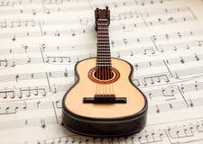 Poca guitarra que miente en la partitura 4 Imágenes de archivo libres de regalías